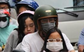 Hàng nghìn người Sài Gòn mệt phờ giữa nắng nóng và khói bụi do đóng hầm Thủ Thiêm