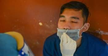 Thanh niên TP.HCM lấy mẫu xét nghiệm tầm soát COVID-19 trước khi nhập ngũ