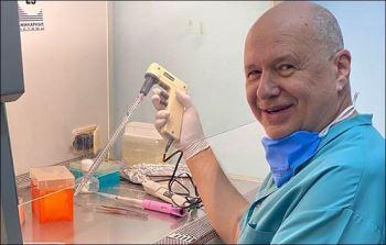 Bác sĩ 69 tuổi tự nguyện tái mắc COVID-19 để kiểm tra phản ứng miễn dịch