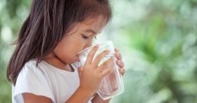 Trẻ bị tổn thương lá lách chỉ vì được cha mẹ cho uống nước sai cách vào 3 thời điểm này