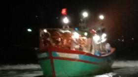 Tàu cá Tiền Giang bị mắc cạn ở đảo Lý Sơn