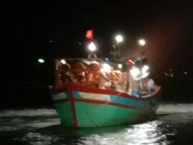 2 phương án giải cứu tàu cá ngư dân Tiền Giang mắc cạn ở ven đảo Lý Sơn