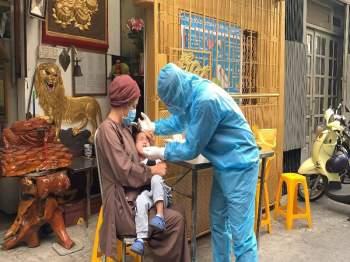 TP.HCM lấy mẫu xét nghiệm COVID-19 người đi chùa