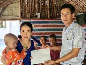 Trao tiền bạn đọc giúp bé Lê Nguyễn Như Ngọc