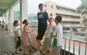 Cậu học sinh cao 2m21 ở Trung Quốc