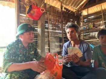 Phát hiện số tiền lớn trong gói hàng cứu trợ, một gia đình nghèo xin trả lại
