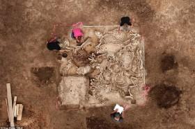 Xuất hiện 80 bộ hài cốt đầy vàng trong mộ cổ gây chấn động