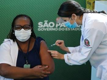 Brazil cấp phép cho 2 vắcxin COVID-19 để bắt đầu chiến dịch tiêm chủng