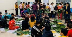 Bệnh viện Hữu nghị đa khoa Nghệ An gói bánh chưng gửi người dân vùng lũ